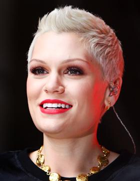 Jessie J Jessie J nosi vrlo kratku, platinasto-plavu frizuru. Ovo je smion stil jer joj kosa ne može biti kraća. Šminka također može biti upečatljivija kako bi naglasila željeni izgled