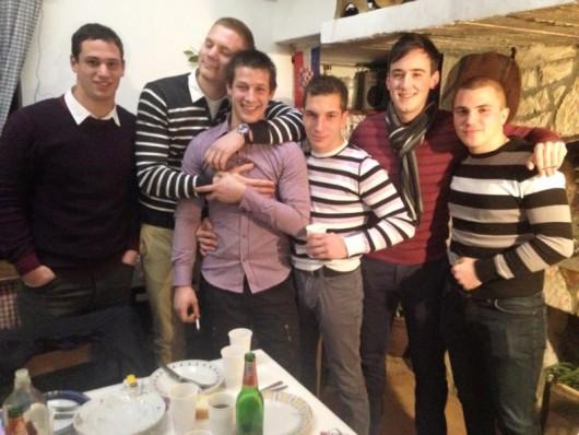 SUKOSAN, 27.01.16... Valentino Babaic (19) u komi od 11. studenog 2015.... Valentino u zagrljaju sa svojim prijateljima